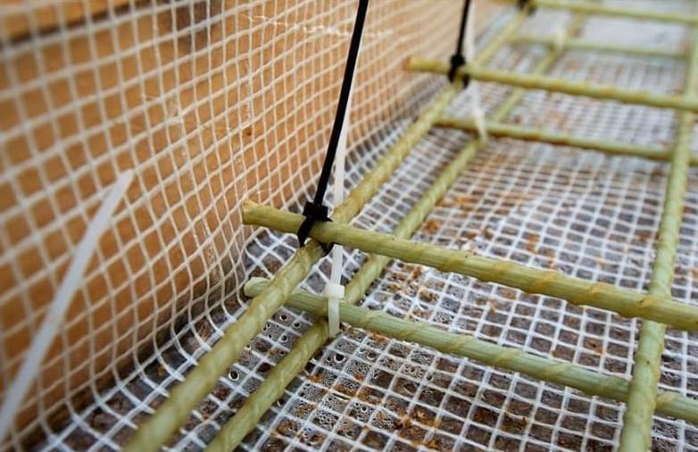 Вязка арматуры с помощью пластмассовых хомутов