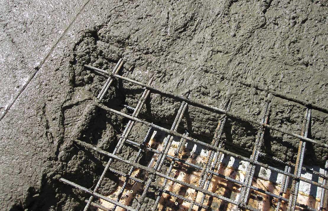 Почему при заливке бетона используют арматуру